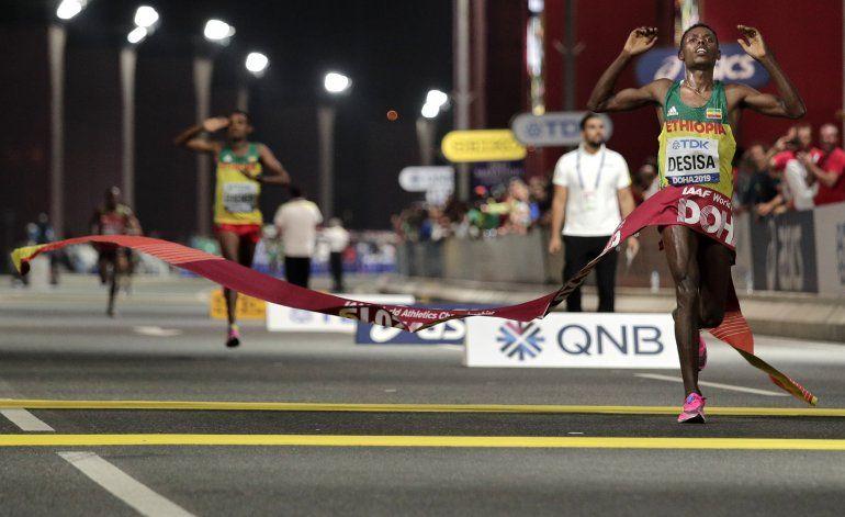 Nia Ali cierra el Mundial con título en vallas