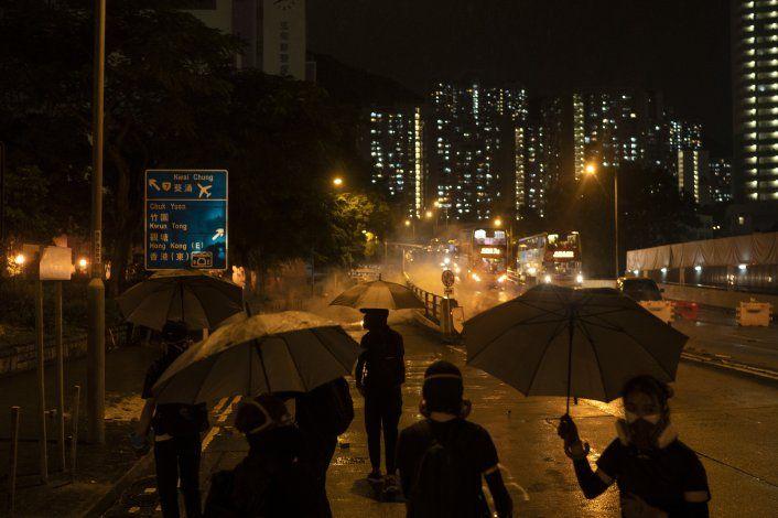 Hong Kong procesa a dos manifestantes por llevar máscaras
