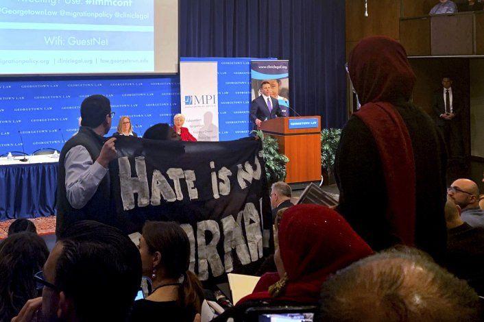 Manifestantes frustran ponencia de McAleenan sobre migración