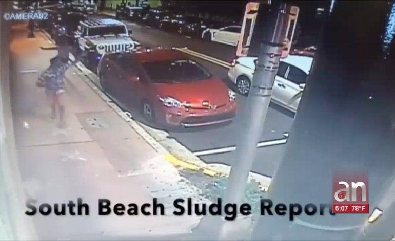 Autoridades buscan a un hombre que asesinó a tiros a una mujer en Miami Beach
