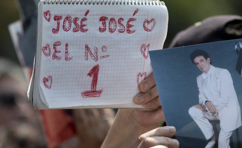 Preparan los restos de José José para traslado a México