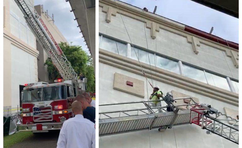 Dos obreros pasaron el susto de su vida tras quedar colgados de un cable de seguridad