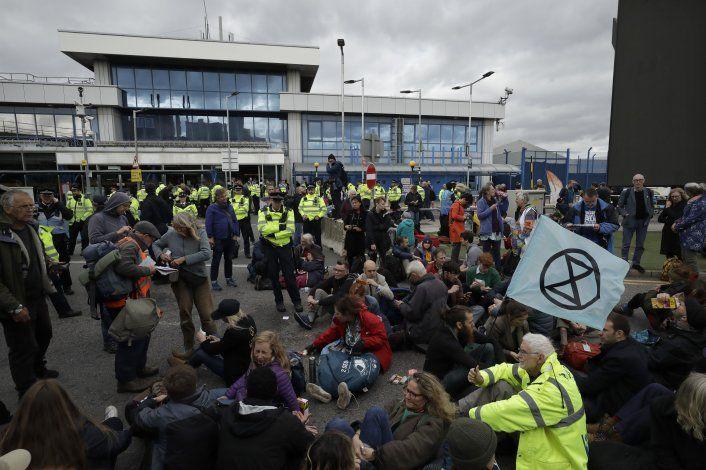 Activistas protestan contra cambio climático en NY y Londres