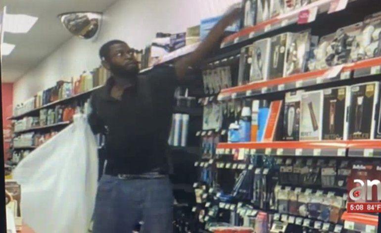 Captado en cámara hombre robando maquinas de afeitar de una tienda en Midtown