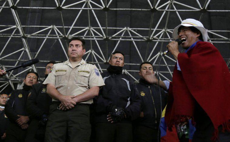 Indígenas ecuatorianos entregan a policías retenidos