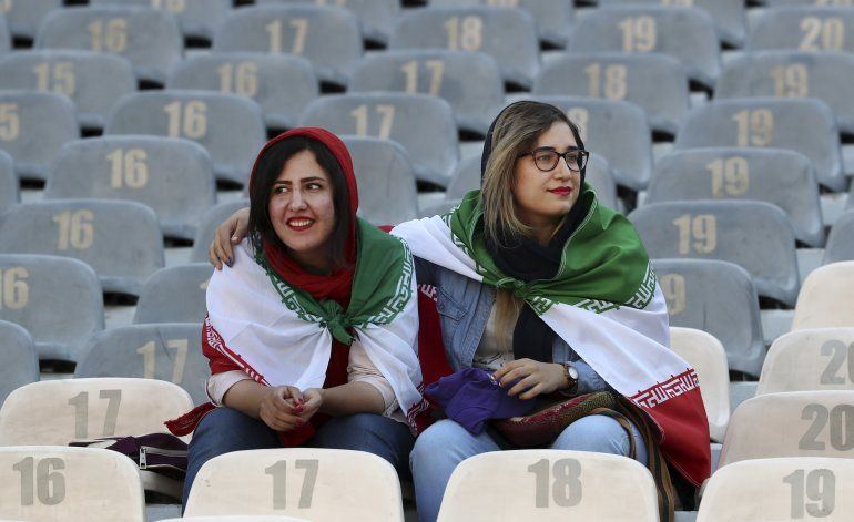 Irán permite ingreso de mujeres a estadio de fútbol