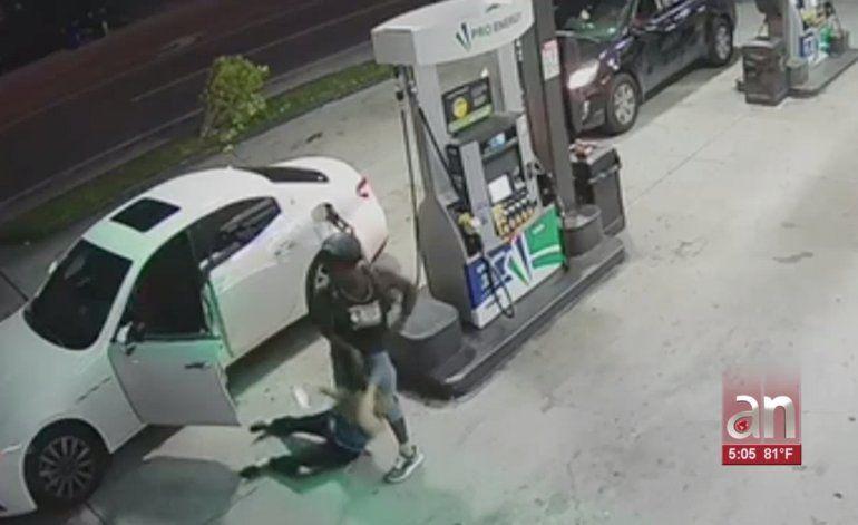 Captan en cámara el violento robo de un Maserati mientras su dueña le ponía  gasolina
