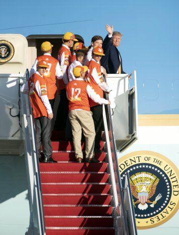 Campeones de Pequeñas Ligas vuelan a casa con Donald Trump