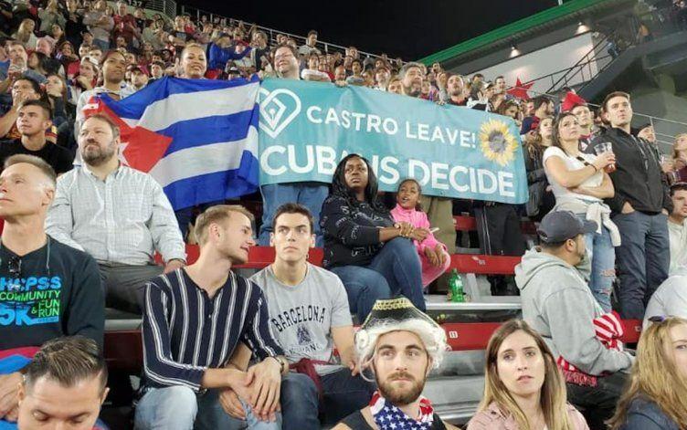 Protestan contra régimen castrista durante partido de fútbol entre EEUU y Cuba en Washington