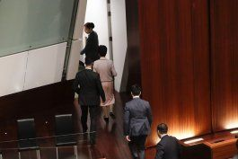 hong kong: legisladores impiden discurso de jefa de gobierno