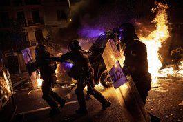 80 heridos, 33 detenidos en 3ra noche de choques en cataluna