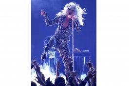 lady gaga cae de un escenario mientras baila con un fan
