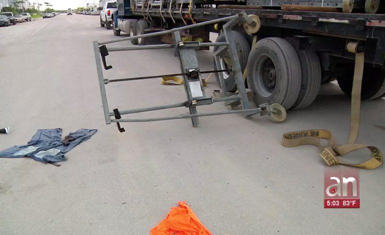 Un trabajador resultó herido este viernes tras caerle sobre su cuerpo la carga de un camión en Hialeah