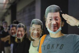 manifestantes en hong kong se cubren el rostro