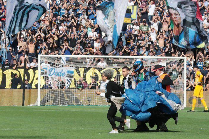 Inter gana a Sassuolo en duelo interrumpido por paracaidista