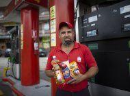 esquivando inflacion, venezolanos pagan gasolina con tabaco