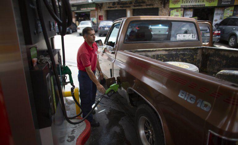 Esquivando inflación, venezolanos pagan gasolina con tabaco