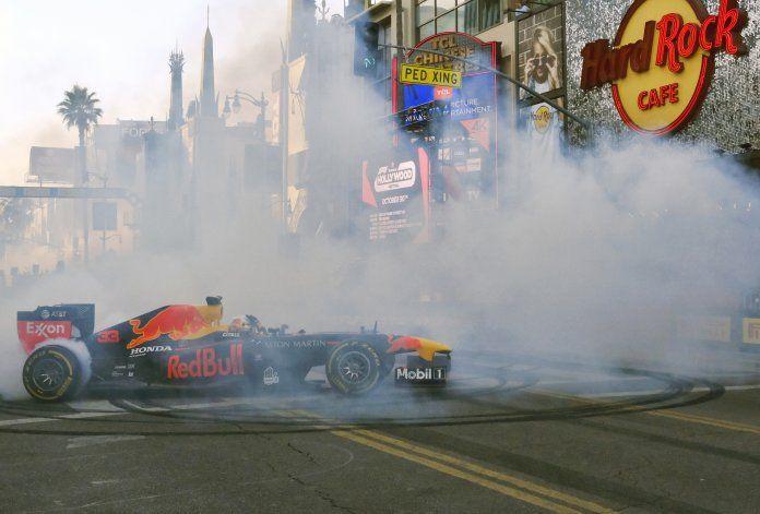 Pilotos de la F1 ofrecen exhibición en Los Ángeles