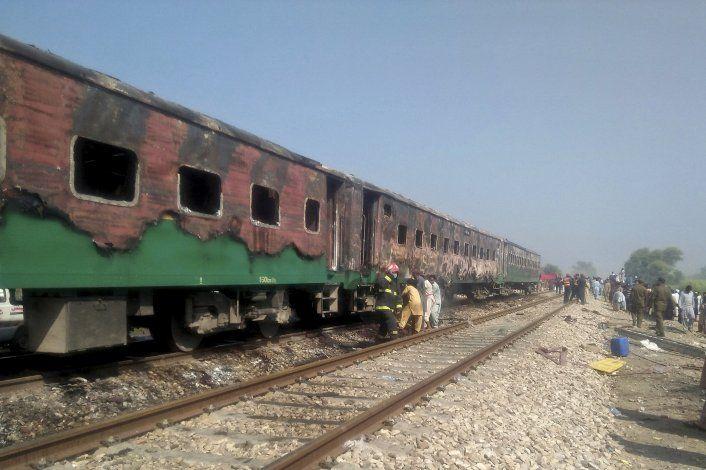 Tren en llamas tarda 20 minutos en parar; hay 74 muertos