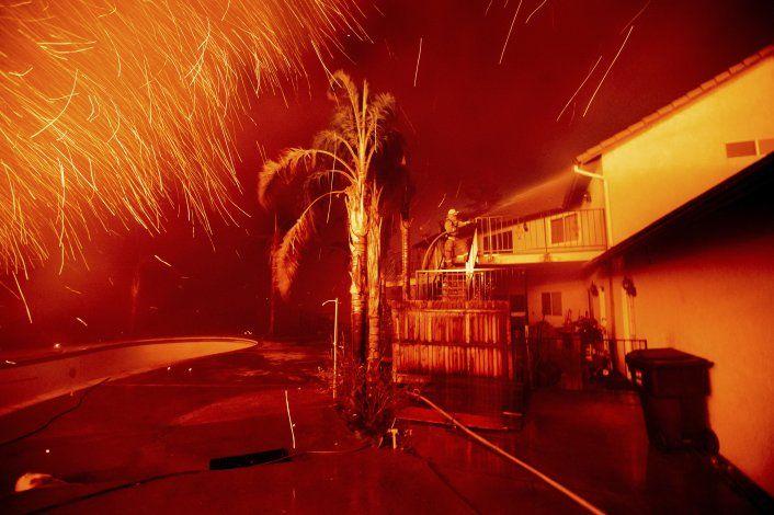 Más incendios queman casas en California; hay evacuaciones