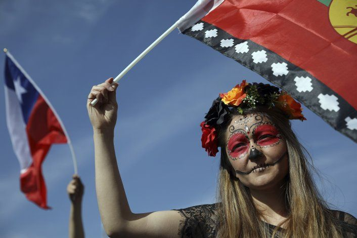 Miles de chilenos marchan tras cancelación de cumbres