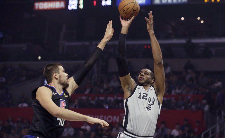 Clippers vence 103-97 a Spurs; Leonard anota 38