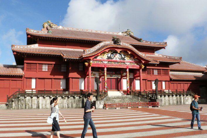 Inspeccionan ruinas del histórico castillo quemado en Japón