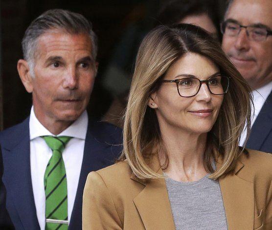 Loughlin y esposo refutan cargos en escándalo universitario