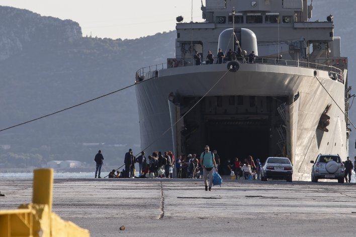 Grecia traslada a migrantes de islas sobrepobladas