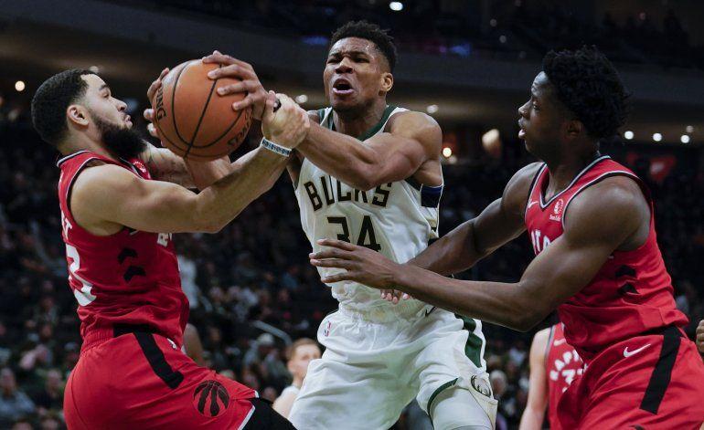 Antetokounmpo suma 36 puntos; Bucks vencen a Raptors