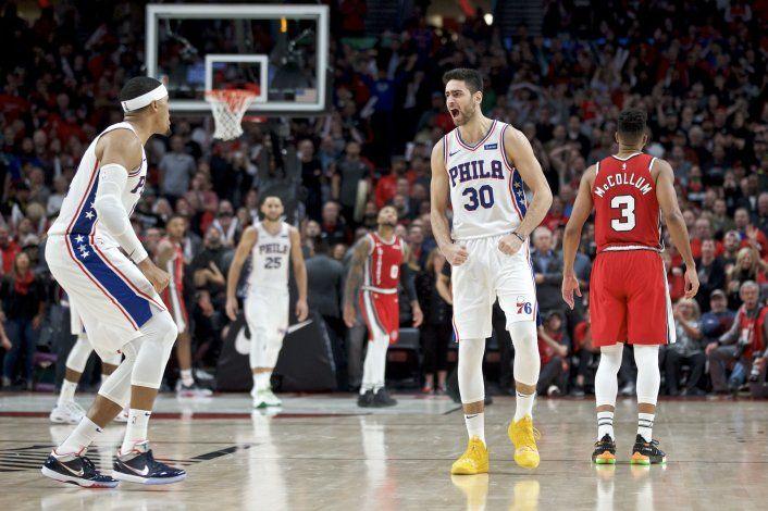 Triple de Korkmaz da triunfo a 76ers sobre Blazers