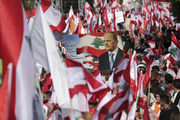 Miles protestan en Líbano a favor y contra el presidente