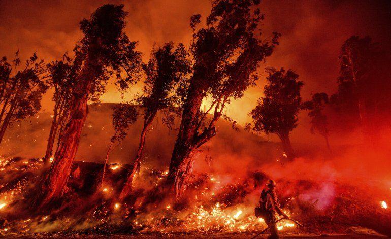 California deroga evacuaciones tras incendios