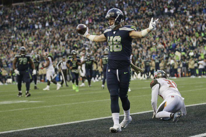 Wilson lanza para 5 anotaciones; Seahawks ganan en prórroga
