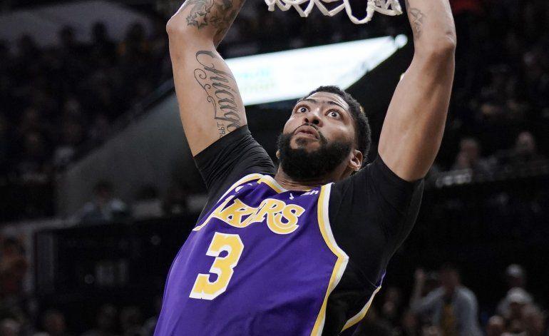 LeBron y Davis llevan a Lakers a triunfo ante Spurs