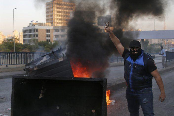 Manifestantes cortan carreteras en un Líbano paralizado