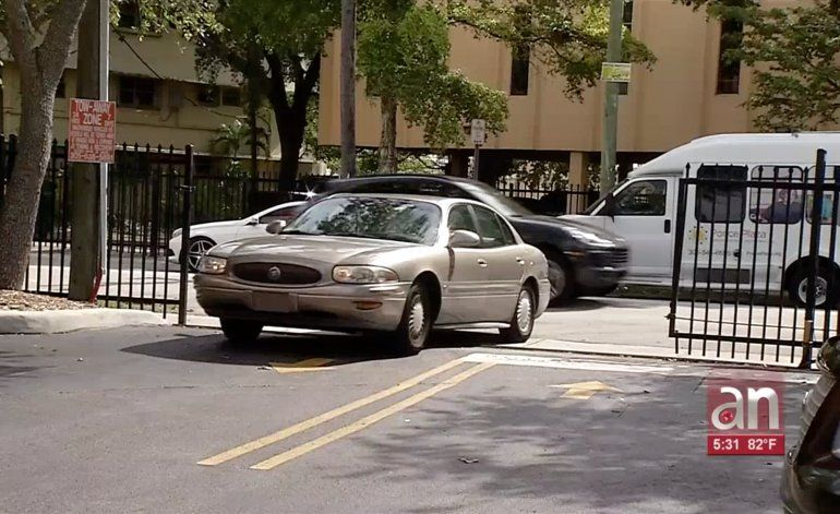 Le roban el auto a punta de pistola a joven cubano mientras entraba a su edificio en el NW de Miami
