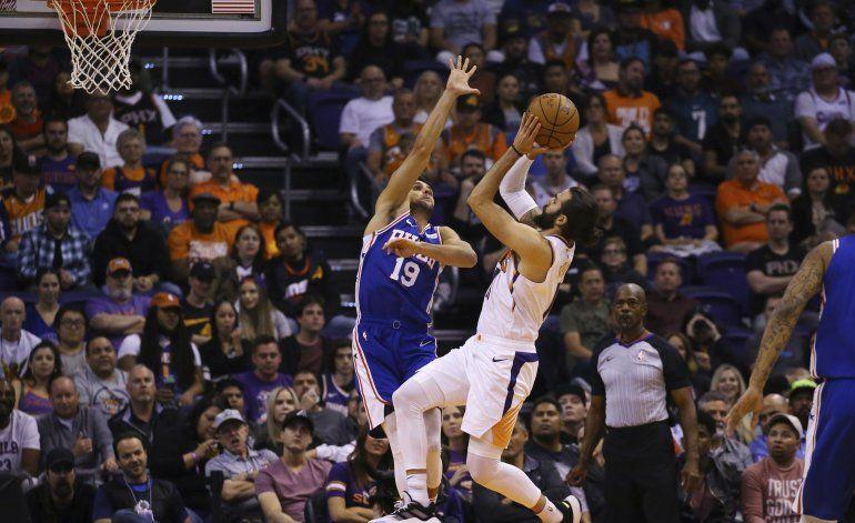 Booker luce con 40 puntos; Suns quitan el invicto a 76ers