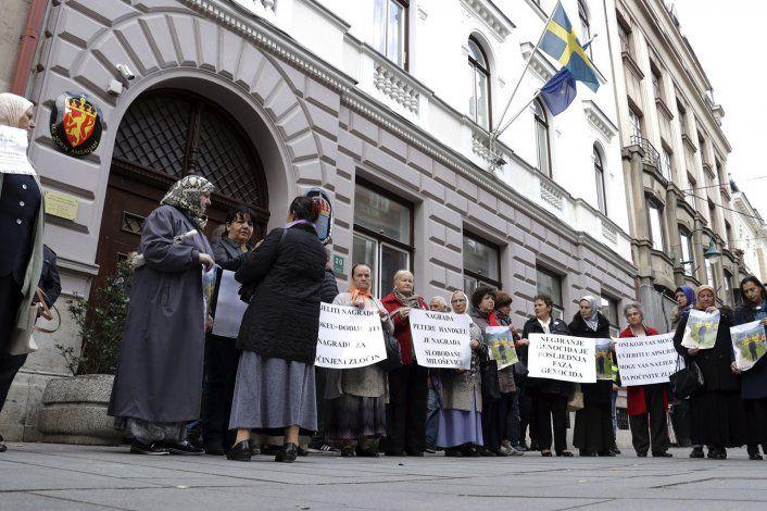 Protestan en Bosnia por entrega de Nobel a Peter Handke