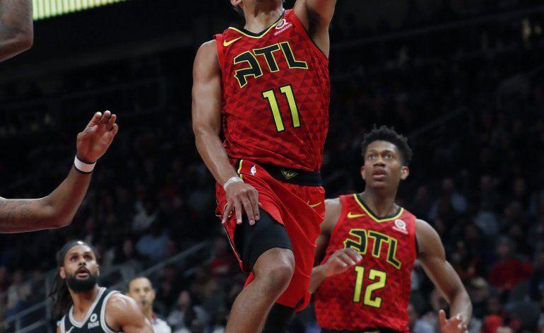 Young deslumbra en la 2da mitad; Hawks vencen a Spurs