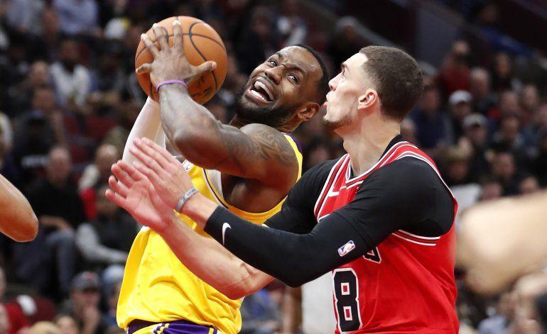 LeBron logra 'triple doble'; Lakers vencen a Bulls