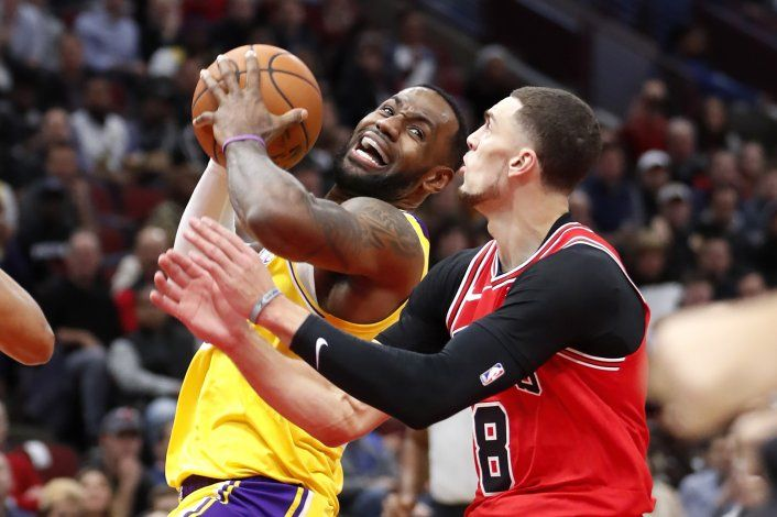 LeBron logra 'triple doble'; Lakers vencen a Bulls