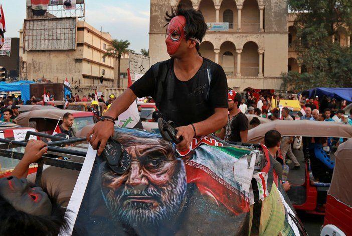 Vuelven las protestas con zapatos a Irak, ahora contra Irán