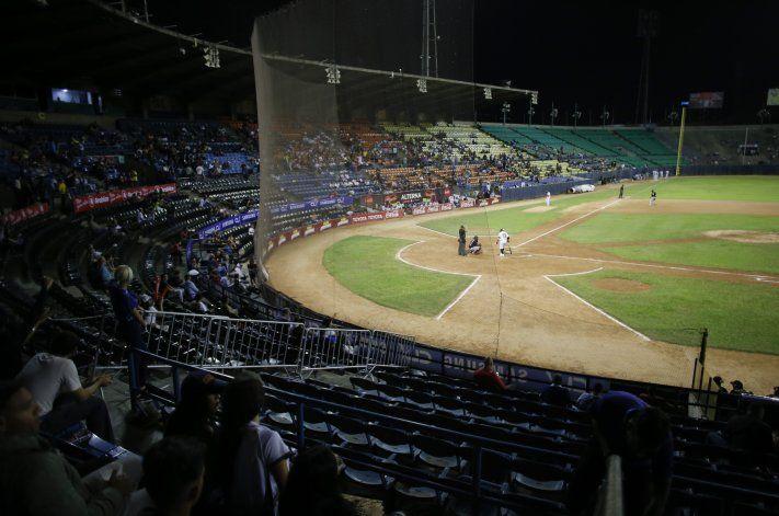 En medio de la crisis, el béisbol venezolano persevera