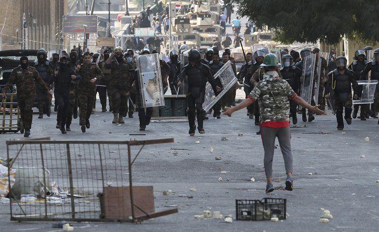 Manifestantes toman puente en Bagdad y médico fallece