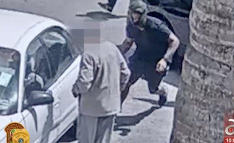 Quedó captado en cámara el insólito asalto a un anciano de 82 años cuando salía de un banco