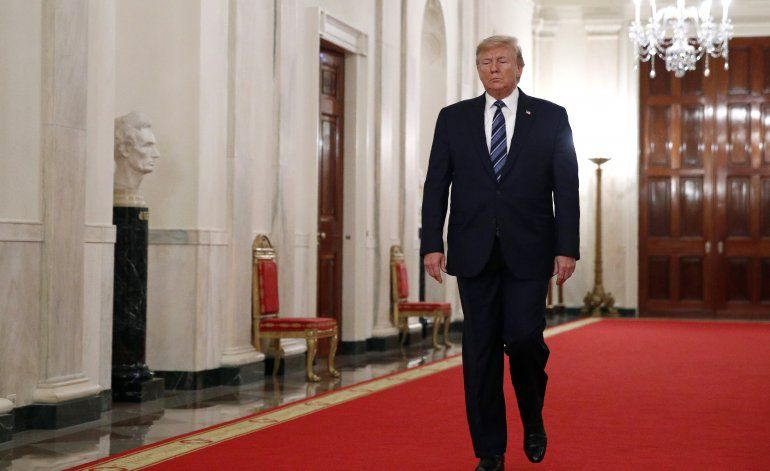Libro de autor anónimo describe a Trump como incompetente