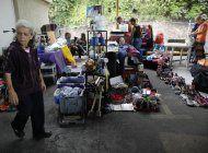 venezolanos venden sus posesiones para poder irse del pais