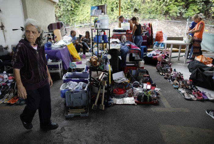 Venezolanos venden sus posesiones para poder irse del país