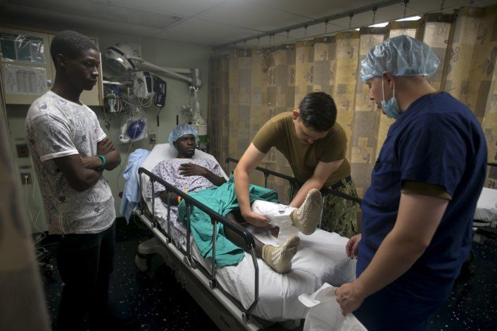 Haitianos buscan atención médica en buque hospital de EEUU